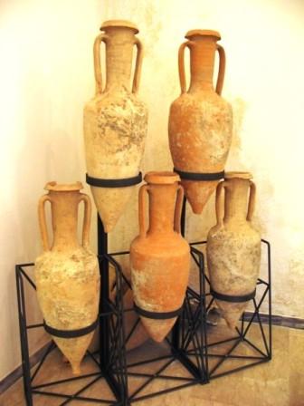Anfore romane per il vino Falerno (Museo Civico di Mondragone). Le anfore prodotte nelle numerose fornaci dell'ager Falernus, catalogate secondo la classificazione proposta dal Dressel nel 1899 nel suo Corpus inscriptionum latina rum, sono Dr. 1A, Dr. 1B, Dr. 1C, Dr. 2-4, precedute dal tipo greco-italico. Quest'ultimo venne prodotto nel territorio tra la fine del III e gli inizi del II secolo a.C.