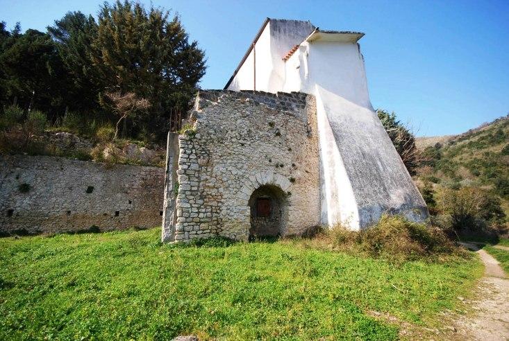 Grancelsa, i resti della villa sotto la piccola chiesa della Madonna Grancelsa.